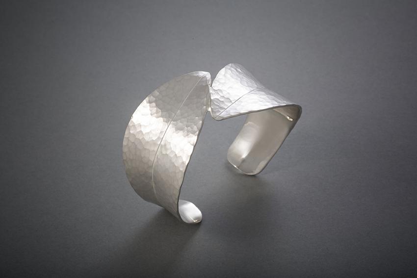 115 Blattarmreif, Silber geschmiedet, ab € 586,-
