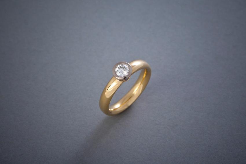 065 Verlobungsring, 18kt Gelbgold, Brillantfassung 18kt Weißgold, Preis auf Anfrage