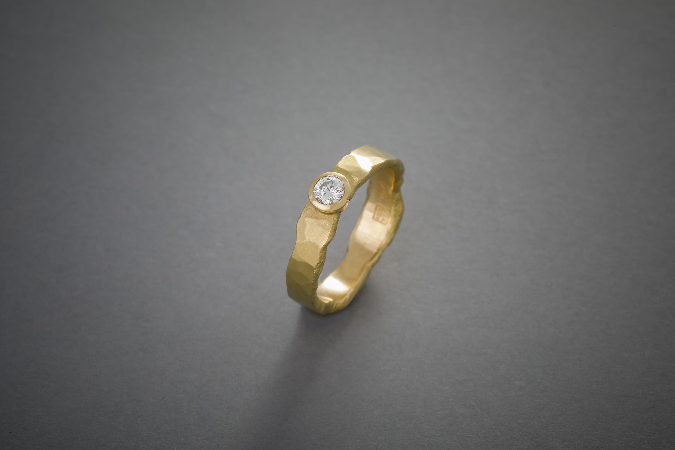045 18kt Goldring, Brillant, ab € 1628,-