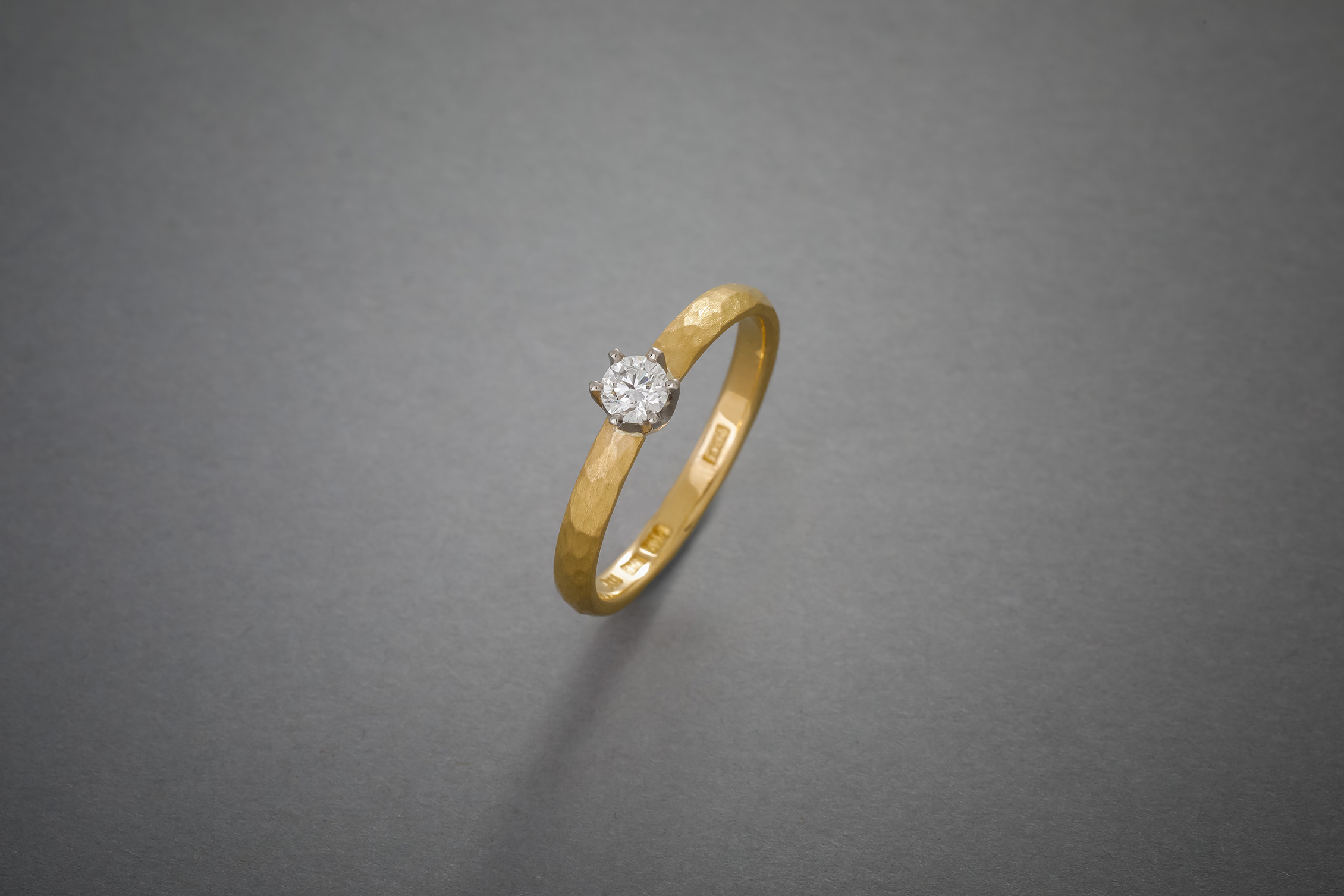 062 Verlobungsring, 21kt Gelbgold, geschmiedet, Brillant Kronenfassung, Preis auf Anfrage