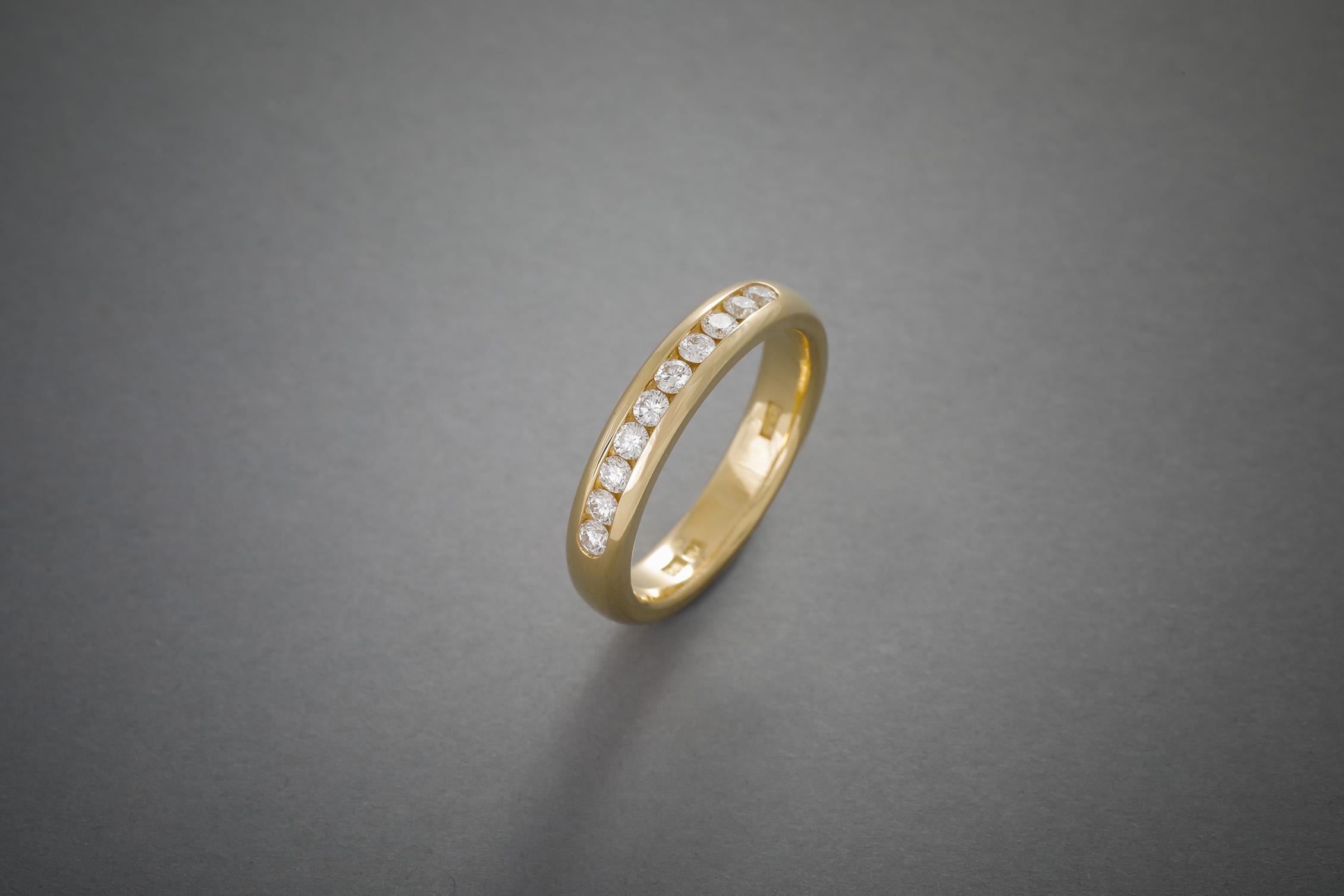 043 18kt Goldring, Brillantreihe, ab € 1938,-