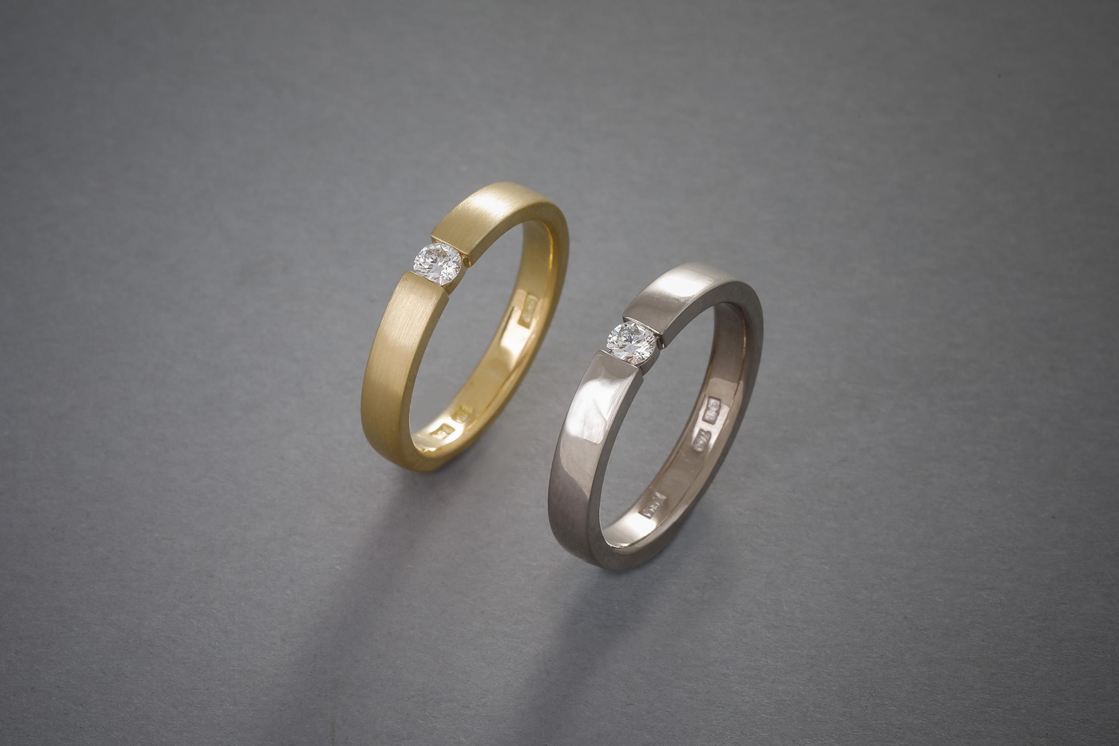 044 18kt Gelbgoldring, Brillant, ab € 1148,-, 18kt Weißgoldring, Brillant, ab € 1228,-