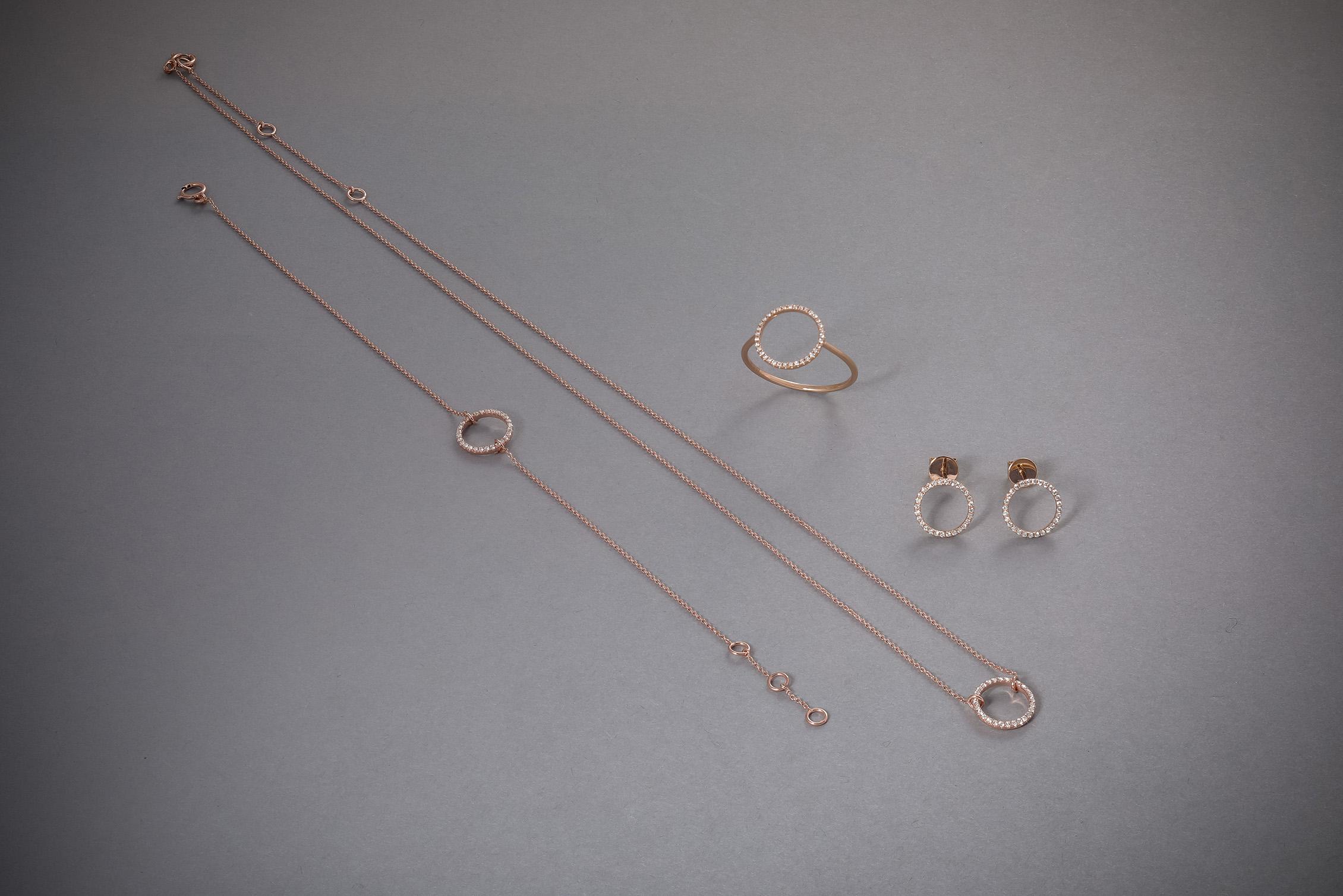 112 18kt Roségoldarmband, Brillantkreis, ab € 384,-, 18kt Weißgoldkette, Brillantkreis, ab € 418,-, 18kt Weißohrstecker, Brillantkreis, ab € 538,-, 18kt, Weißgoldring, Brillantkreis, ab € 456,-