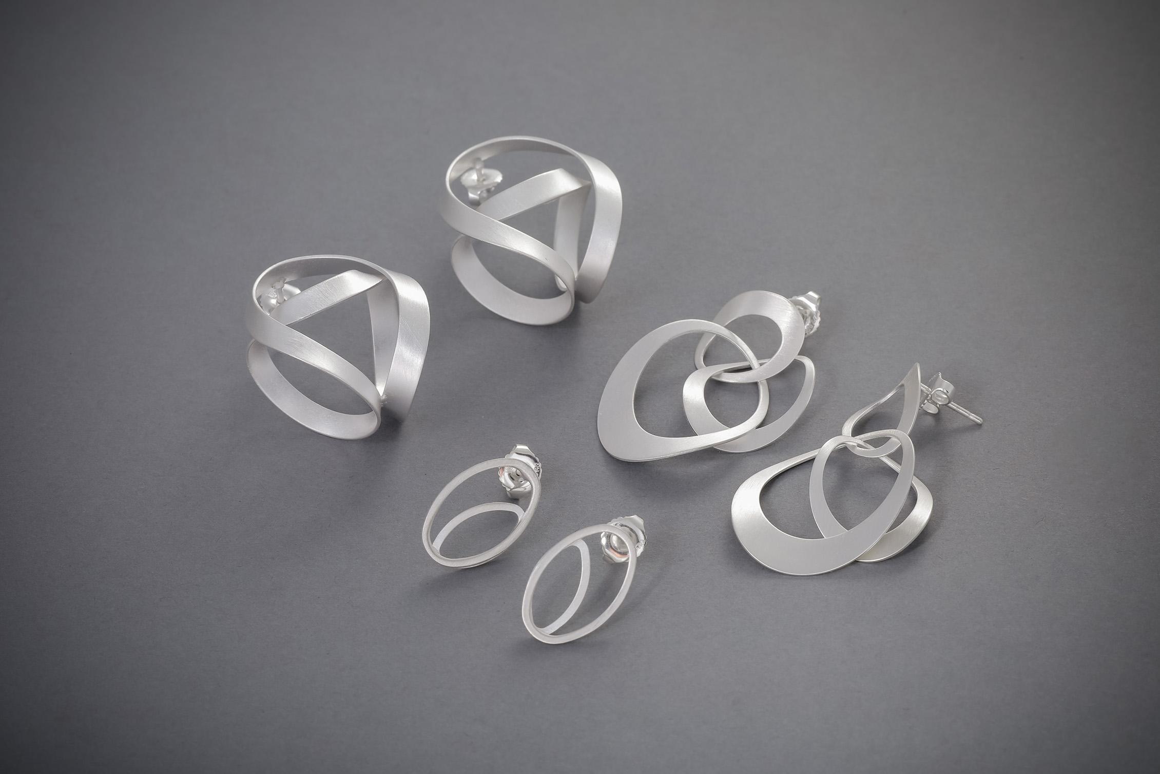 120 Silberohrgehänge, groß, rund, ab € 72,-, hängend, ab € 68,-, Stecker oval, ab € 32,-