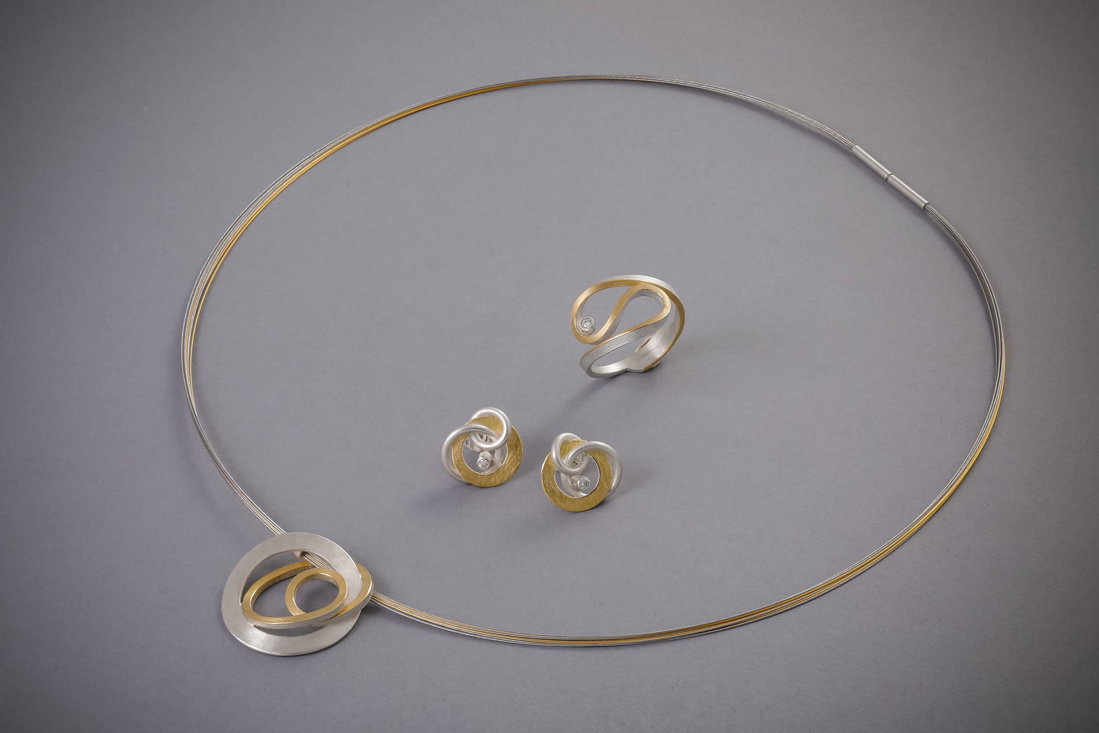 110 Silber mit Goldbelötung, Collier ab € 294,-, Ohrringe, Brillant, ab € 338,-, Ring, Brillant, ab € 438,-
